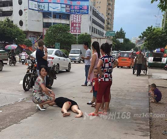 兴宁一女子被无牌照电动车撞倒在地!