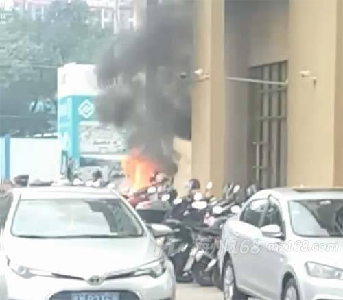 梅州中合财富广场一摩托车着火,火势还不小!