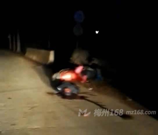 梅县葵岗发生严重车祸,一人被当场撞死!