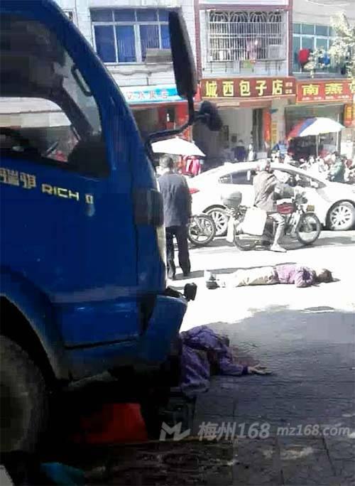 大埔县人民医院路口发生严重车祸,两人倒地不起!