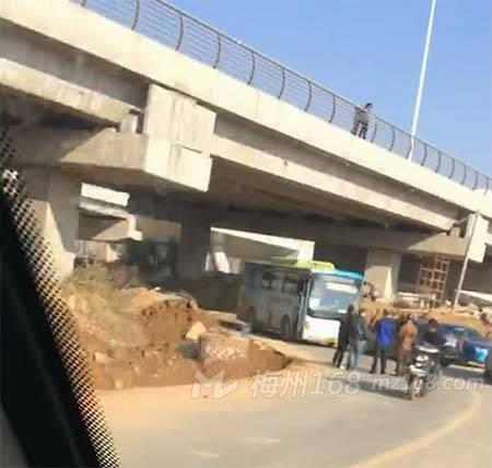 兴宁大道下面发生交通事故,公交车被撞!