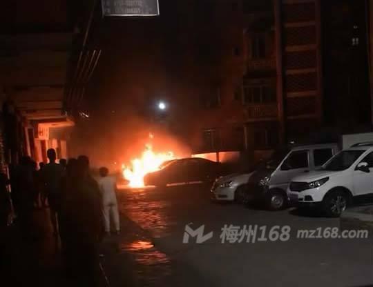 兴宁市高华路两辆汽车着火了,火势很大!