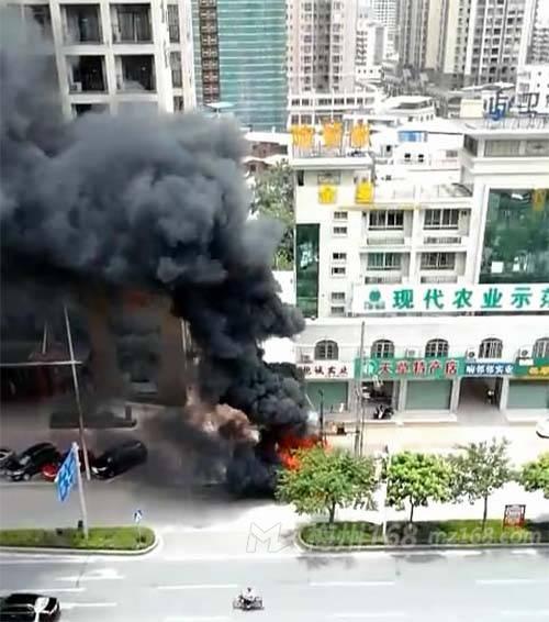 梅县府前大道一变压器下面起火,火势蛮大,不断冒出黑烟!