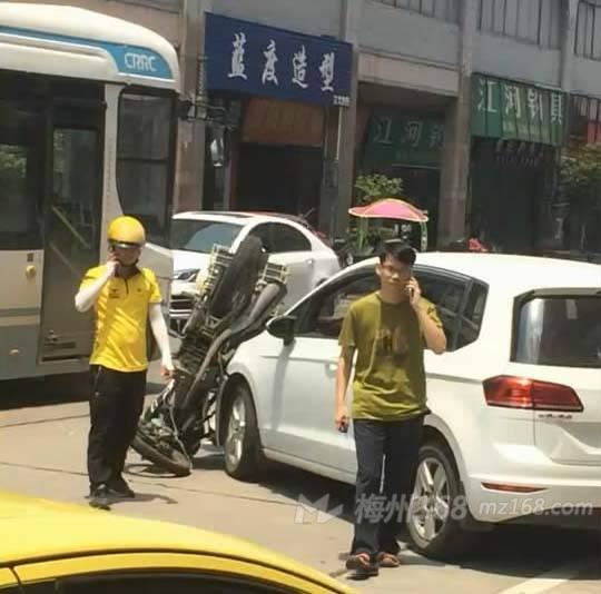 """梅江区江边路中段一摩托车摆了个很""""酷""""的姿势!"""