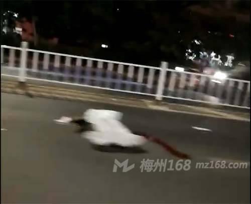 兴宁宁江新城红绿灯附近发生事故,一人当场死亡!