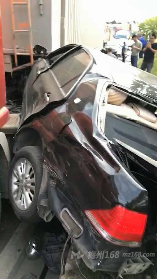 梅城车管所附近发生严重车祸,一小车被撞得面目全非…