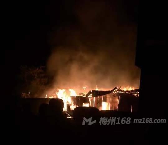 兴宁黄槐西联小学附近突发大火,好几间房子烧了!