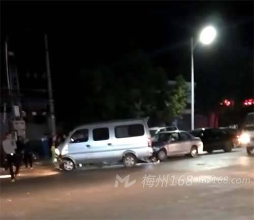 兴宁宁中中学门口发生多车碰撞事故!有人受伤!