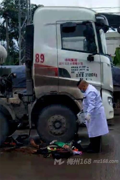 梅州竹洋往石扇路段发生严重车祸!有人被搅拌车辗压…