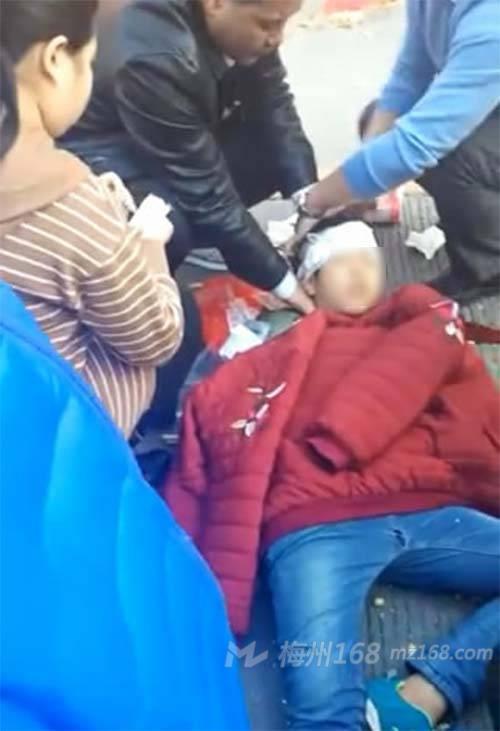 兴宁黄陂一小学生被车撞倒,头部流血…