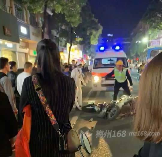刚刚,兴宁团结路一辆摩托车与公交车发生碰撞,一人倒地…