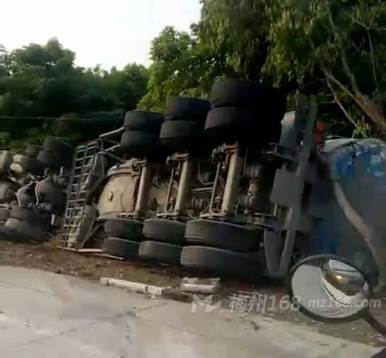 刚刚,梅江白宫路段一辆大车发生侧翻!