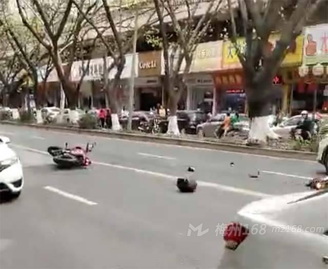 梅城华侨城附近两辆摩托相撞,一女车主坐在地上…