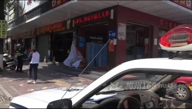 五华一男子无证驾驶撞进路边门店,还逃逸…