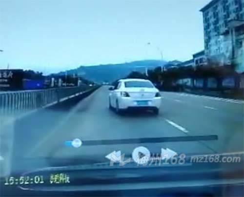 梅县外国语路段私家车练车随意变道,十分危险!