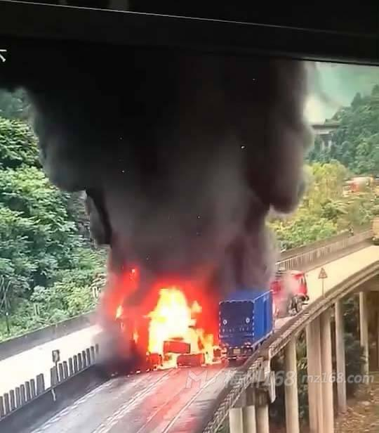 汕昆高速梅州往丰顺方向有辆车起火,现场火势很大、浓烟滚滚!