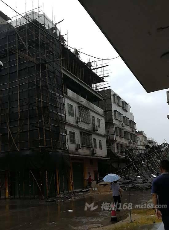 刚刚,兴宁南坛路一座在建房子的铁架子排山倒下了