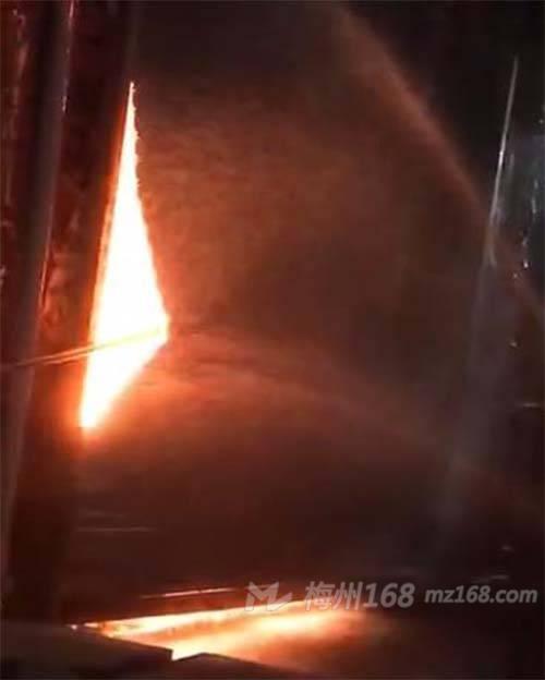 兴宁一灯饰店发生火灾,火势很大,还伴有爆炸声!