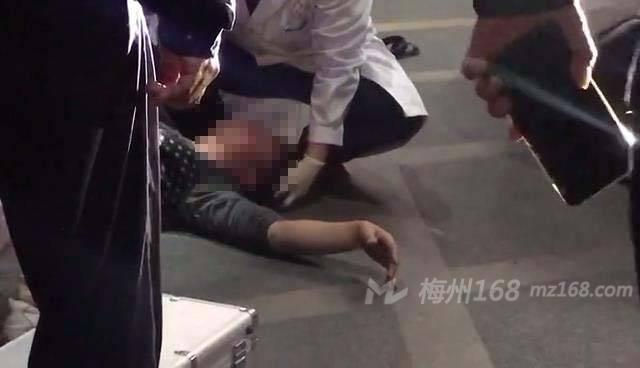兴宁市政府门口一男子倒在地上,怎么回事?