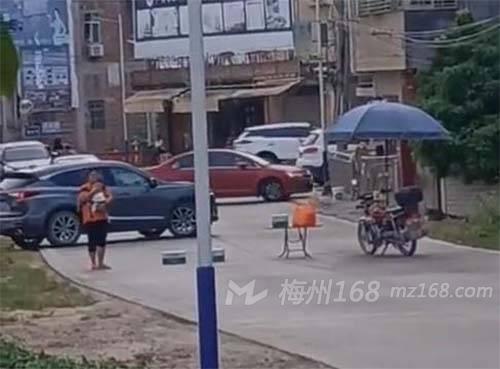 五華竟(jing)有人(ren)抱著小孩攔路!救護車被逼得掉頭…